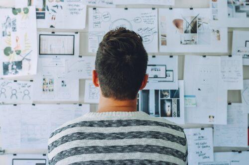 Recruitment strategie - man kijkt naar bord met concepten