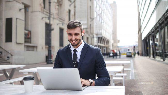 Video interviews man werkt op laptop
